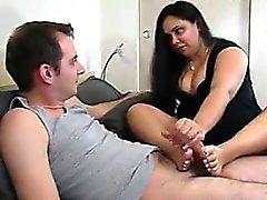 Esposa rechoncho Proporciona un footjob Y Masturbación