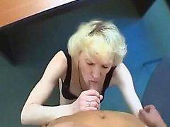 Loira Granny satisfaz russo não seu filho