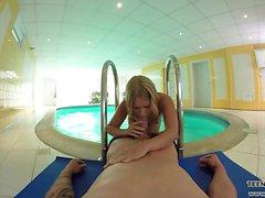 Blonde teen Violette VR sauvage en bord de piscine putain