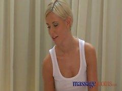 Salles de massage des cailloux chaude préliminaires sensuels en se termine en 69er