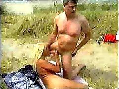 Wilde seks in de duinen bij het strand