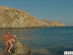 VIXEN Kendra Sunderland passionerat sex på en strand