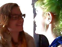 Flickorna Out Västra - Lesbian vänner smaka deras hårig fittorna