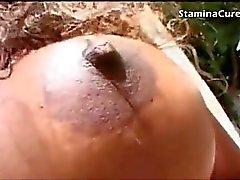 Bois d'ébène seins prend une charge sur ses seins