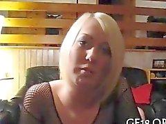 Domina blondes Schläge und reizt ihre gefesselten Geliebten