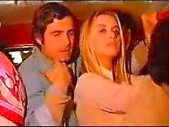 Gloria Guida com Nino Castellano em um ônibus