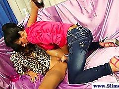 Las lesbianas más caliente Arnés consolador empuñan utilizando juguetes