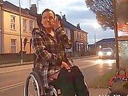 Vammaiset Leah Caprice vilkkuu pillua julkisissa