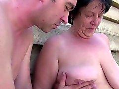 Gamla mormor bli knullad utomhus genom sonsonen