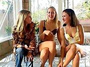 Dos zorras lésbicas atractivos con las grandes evaluar rastrear todo unos a otros