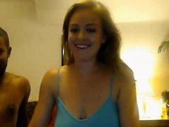 Blonde Mädchen saugt auf schwarzem Penis auf cam