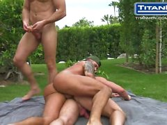 Threesome omosessuale By The piscina a