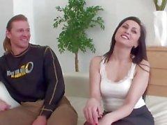 Le mari partage sa femme avec l'étranger