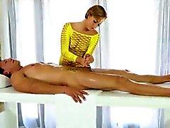 Glamour masseur Bailey a de Bae éjaculation sur le cul après la getting fucked