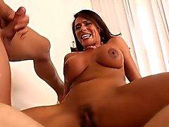 Brune aux seins lourds de puma Ariella Ferrera Double ramonage