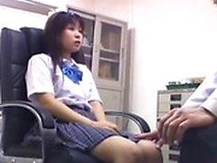 Oldukça Asyalı kız doktor horoz için onu ihtiyacını karşılayan