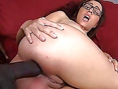De Roxanne de Rae anal pompé sur le divan rouge