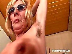 Kinky- reifen in Gläsern Strippen und necken ihre Tölpel