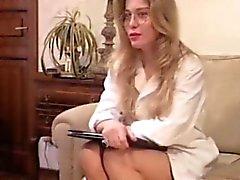 Деловая женщина в стиле ретро порно радостью позволяет во задницу и влагалища