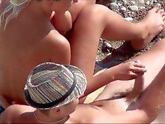 Voyeur . A menina masturba cara pau em uma praia pública