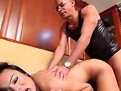 Sevimli sarışın shemale Carla Novaes yalnız seks oyuncakıyla oynuyor