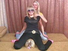 2 filles dansent sur le visage d'un ami