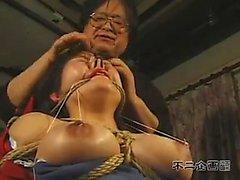 Sexy Oriental tyttö iso tissit selvitetään hän kahleista fetis