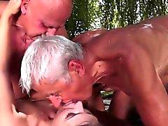 zwei geilen alte Männer junger Babe gefickt