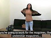 Brunet Sex genießen Prinzessin auf der Couch