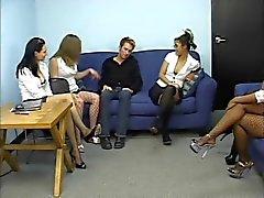 Group de des secrétaires avoir leurs les pieds sucés par des gars soumission