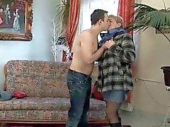 Jungen Mannes fickt mollig Oma auf Couch