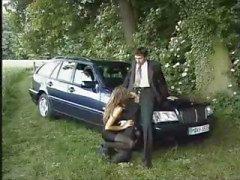 Брюнетка суки Денис Испания Буше трахают рядом с автомобилем о стороне дороги