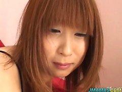 Monami zeigt ihre großen Brüste ab und bekommt gefingert