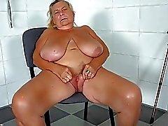 OldNanny Two sexy lesbo nuoleminen sekä masturboi