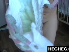Webcam Girl portant des couches se moque et se masturbe. Brunette sexy en Diaper