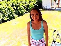 Adorable pequeña adolescente Sabrina Ray golpeada por una polla monstruo