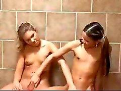 İki lezbiyen kız öğrenciler lezbiyen öğretmeni tarafından yakalanmış ve bir üçlü sahiptir