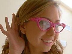Ruiskuttaminen koulutyttö silmälaseja takoi kovaa