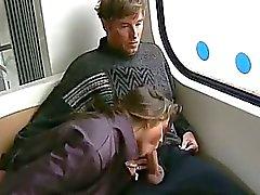 Brünett bietet Fahrt mit dem Bus Blasen