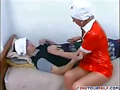 Aikuinen Venäjän sairaanhoitaja vietellä potilaan
