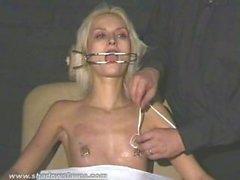 Crudeli amatore di BDSM ed ago tetta supplizio della slaveslut bionda che legato nei difficile