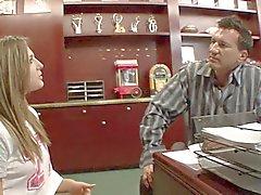 Randy älterer Brocken zeigen junger Babysitterin seine harten Tool