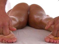 Babe asiatique mignon a des un massage douce se rappeler