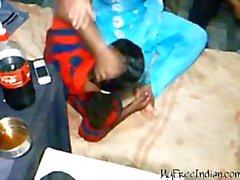 Desi Babe Fucked door 2 jongens In Hostel