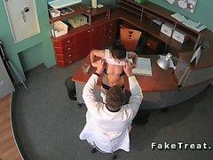 Taklit hastane bekleme odasında fucked seksi bir hastada