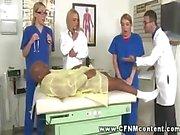 Üç hemşire , bir doktor tarafından yakalanmak