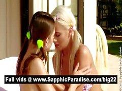 Подозрительный брюнетка и блондинка лесби целоваться и раздевание и имеющие лесбийский секс