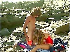 Hengenpelastaja valtavia rintojen saa hänen mehukas pillua licked on the beach