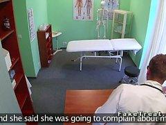 Doctor yalamaları ile bir ofis hastanın sikikleri