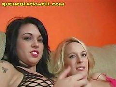 Deux demoiselles partagez le droit souffler d'une grosse bite de black conjointement